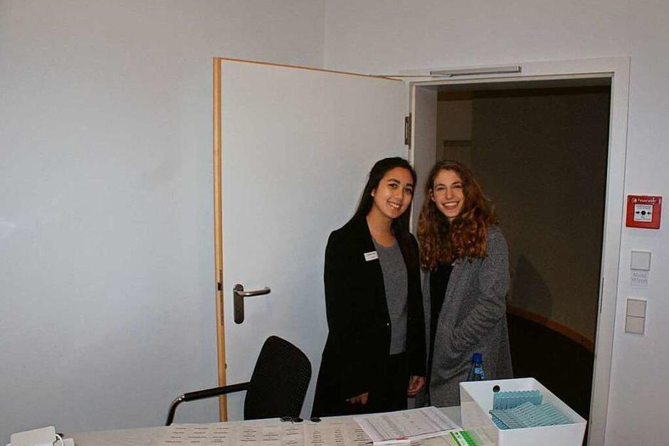 (v.l.) Kimberly und Hannah empfingen alle Gäste an der Garderobe. (Foto: BZ-Azubis)