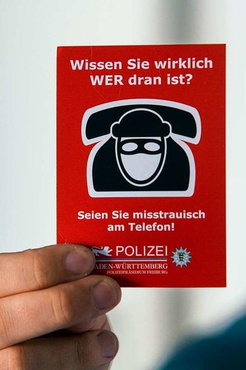 Rote Karte für Betrüger: Mit dieser In...ft die Polizei gegen Senioren-Abzocke.    Foto: Patrik Müller