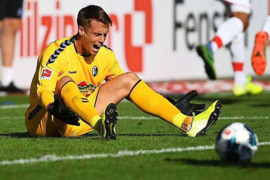 August 2019: Der Frust sitzt tief bei SC-Keeper Alexander Schwolow. Denn vor heimischer Kulisse gelingt es dem SC Freiburg das erste Mal seit 23 Jahren gegen die Kölner zu verlieren. 1:2 endet die Partie gegen die Geißböcke – eine vermeidbare Niederlage. (Foto: Patrick Seeger (dpa))