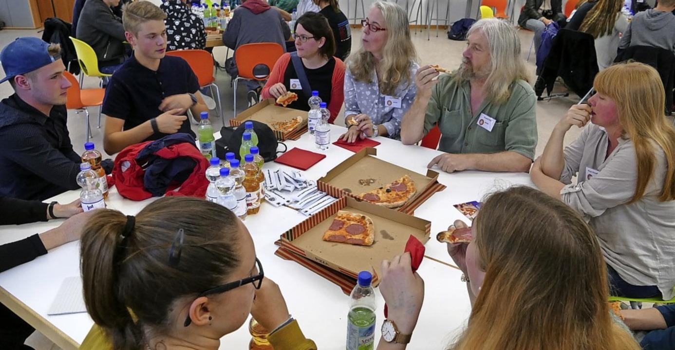 Bei Politik und Pizza konnten sich Jug...gliedern des Gemeinderats austauschen.  | Foto: Victoria Langelott