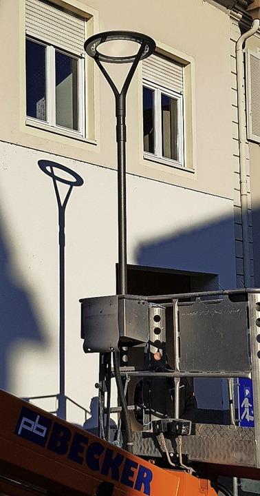 Die erste neue Marktplatzleuchte wurde...aus am kleinen Marktplatz installiert.  | Foto: Gerhard Walser