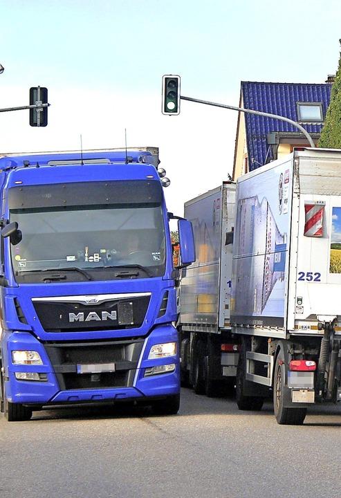 An der Zahl der Fahrzeuge, die täglich...it auch länger im Ort unterwegs sein.   | Foto: Rolf Reißmann