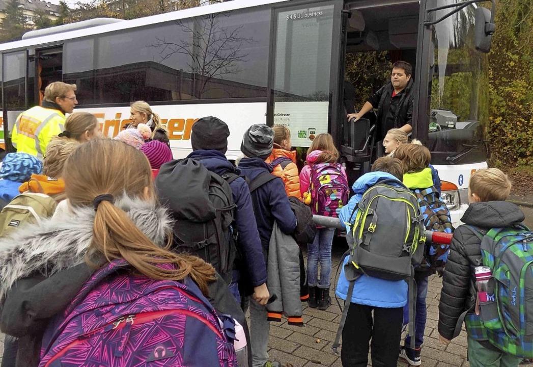 Praktische Hilfe: Um Drängeleien beim ..., bekommen die Schüler eine Schulung.     Foto: Peter Haußmann