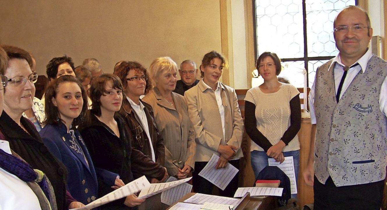 Der gemischte Chor Grimmelshofen mit C... Kirche St. Martin in Grimmelshofen.      Foto: suedkurier