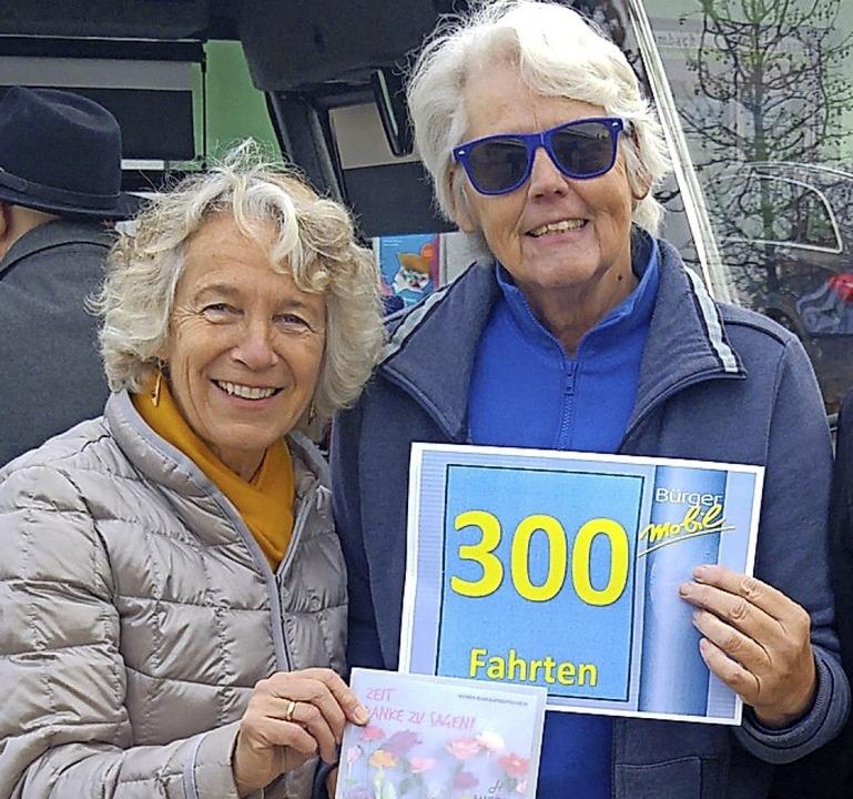 300 Mal fuhr Barbara Borgas (Mitte)  B...orsitzende Jutta Brückner gratulierte.    Foto: Privat