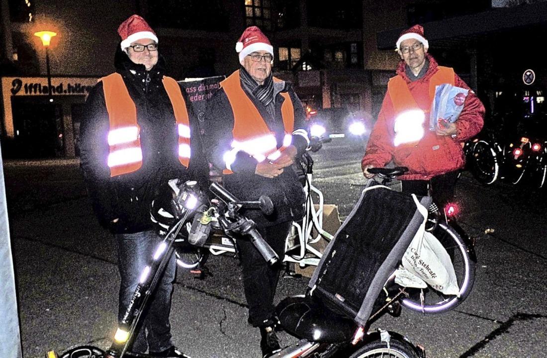 Als Nikoläuse beschenkten Alexander Gu...on links) in Bad Säckingen Radfahrer.   | Foto: Harald Schwarz