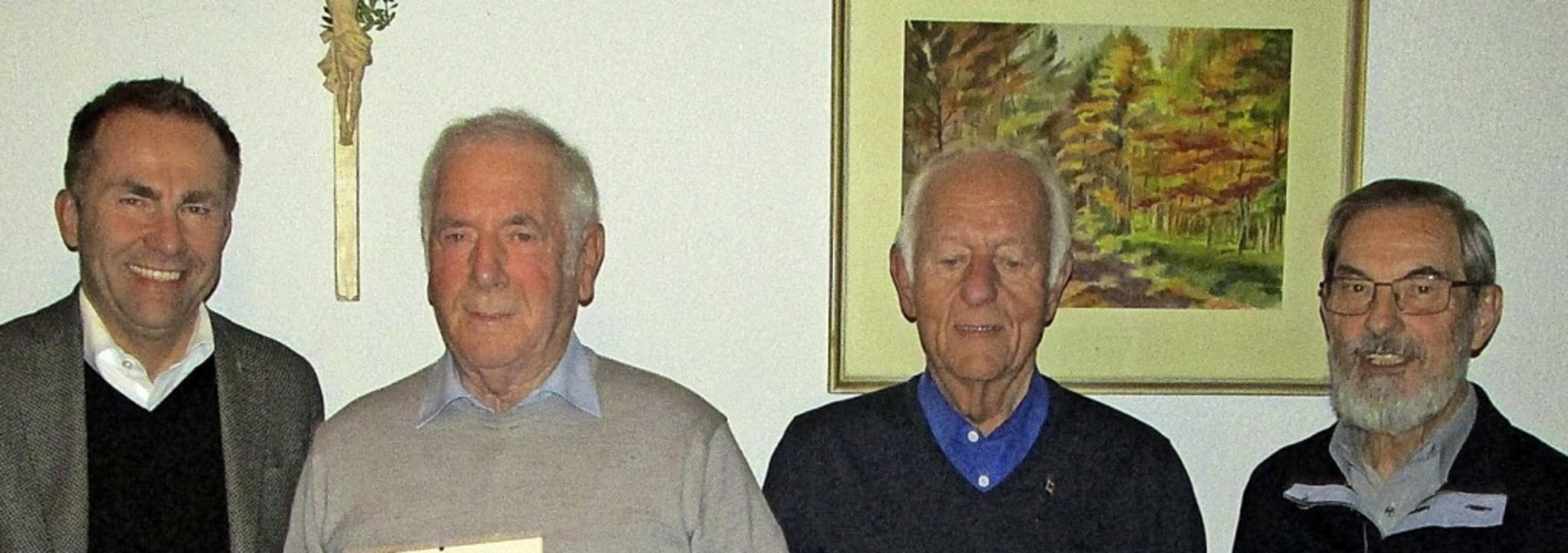 Dekan  Gerd Möller (links) und Volker ...shart und  Karl Strasser (von links).   | Foto: Kurt Steinegger