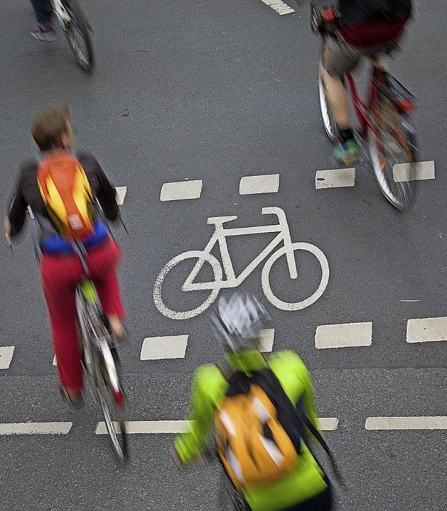 Immer mehr Menschen fahren Fahrrad &#8...dkreis. Der soll nun darauf reagieren.  | Foto: Frank Rumpenhorst (dpa)