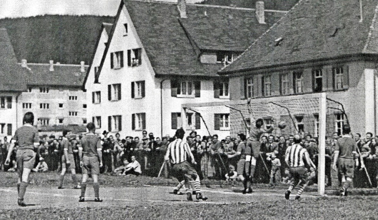 FC Neustadt gegen  FC Furtwangen 1956 ... Im Tor beim FC Neustadt: Fritz Sauer   | Foto: Roland Weis