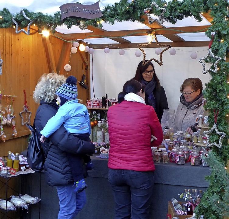 Ein hübscher Weihnachtsmarkt mit viele...achen erwartete die Besucher in Yach.   | Foto: Roland Gutjahr