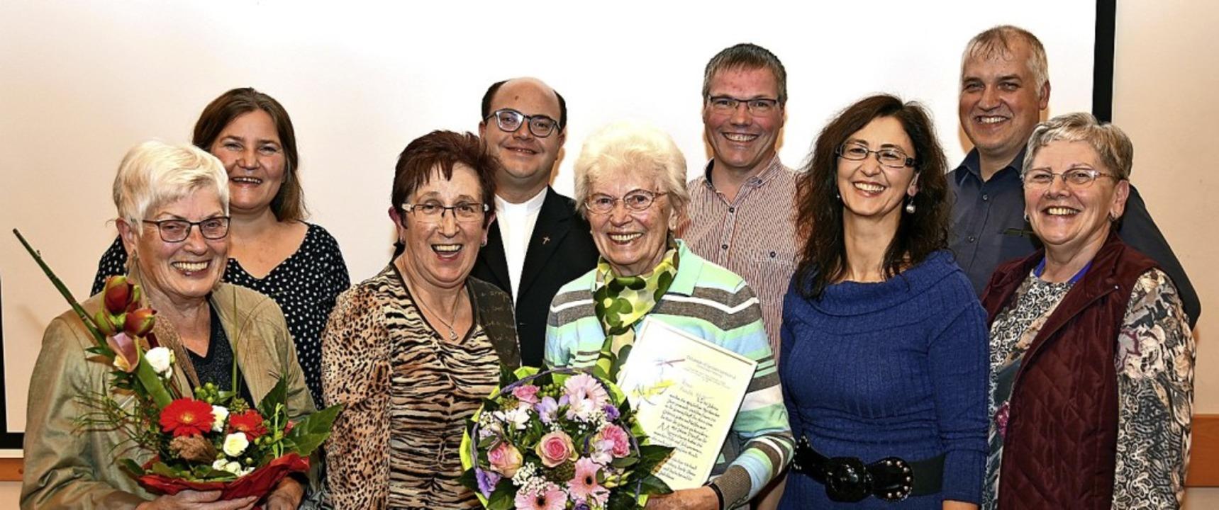 Vorstand des Kirchenchors St. Sebastia... 40-jährigen Chorgesang geehrt wurde.     Foto: Horst Dauenhauer