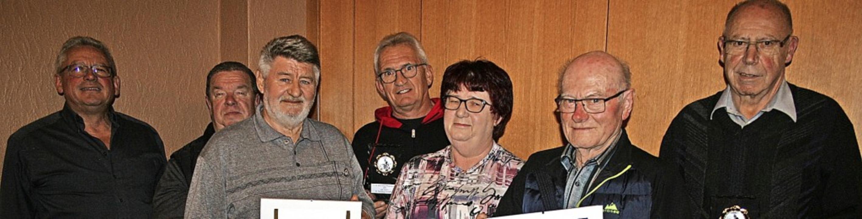 Ehrungen beim Angelverein: (von links)...ber und Leo Obergföll (alle 40 Jahre).    Foto: MIchael Masson