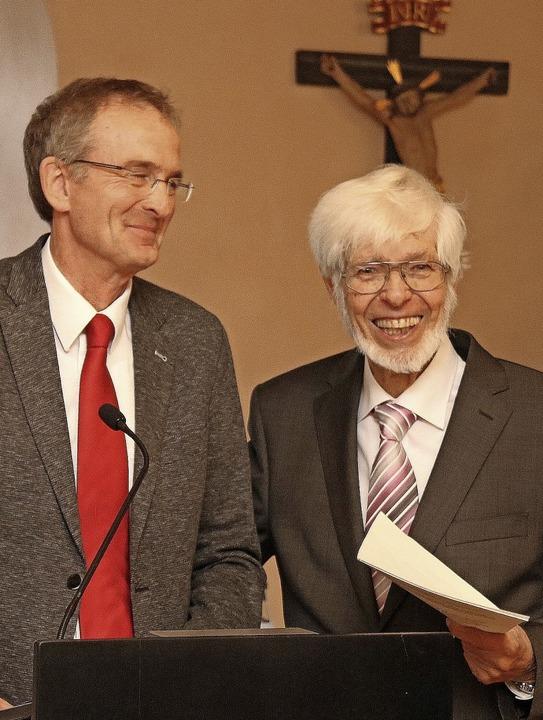 Wolfgang Mutter (links) steht neu an d...e Geschichte des Vereins dokumentiert.    Foto: Herbert Birkle