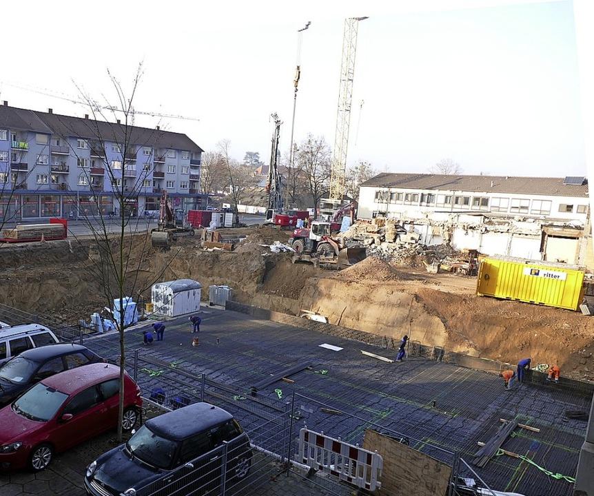 Vor der großen Baugrube legen Architek...mbolischen Grundstein für den Neubau.   | Foto: Sophia Hesser