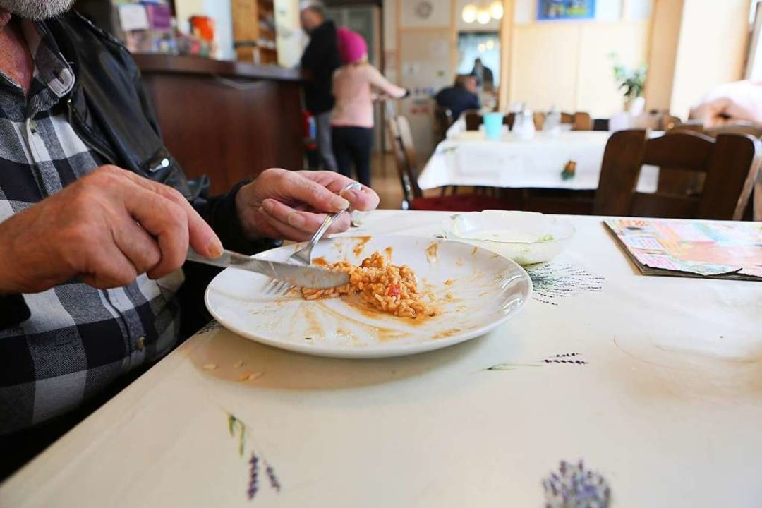 Im Café Löffel erhalten Besucherinnen und Besucher ein warmes Mittagessen.  | Foto: Christoph Breithaupt