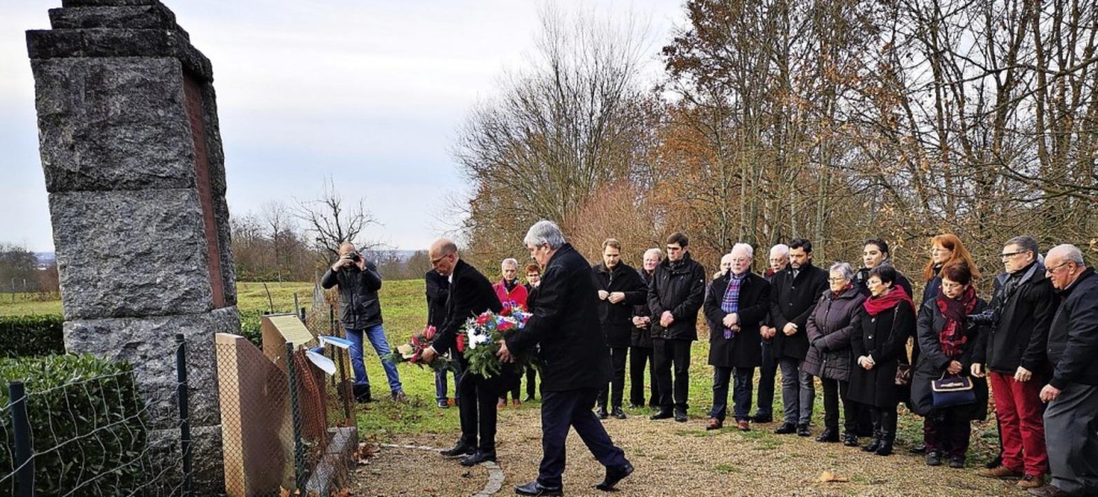 Zum 25. Mal legten Vertreter der Partn...ahnmal für die elf Ermordeten nieder.   | Foto: Ralf Burgmaier