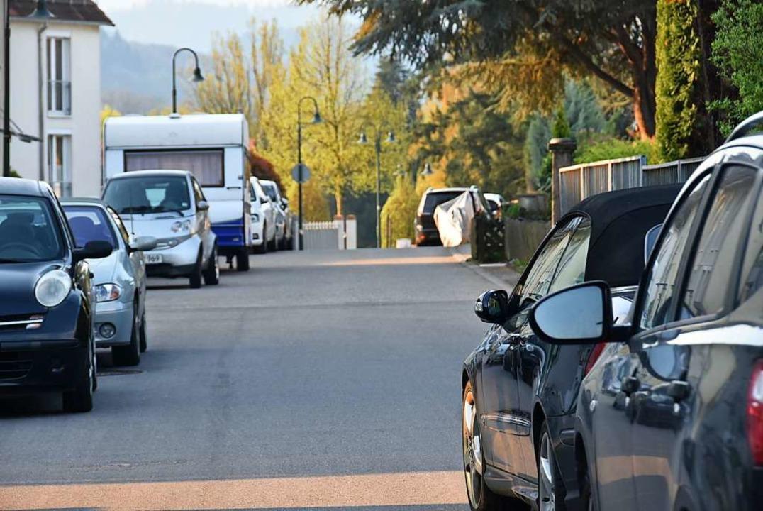 Autos, die rechts und links am Straßen...lächen soll die Situation entschärfen.  | Foto: Andrea Steinhart