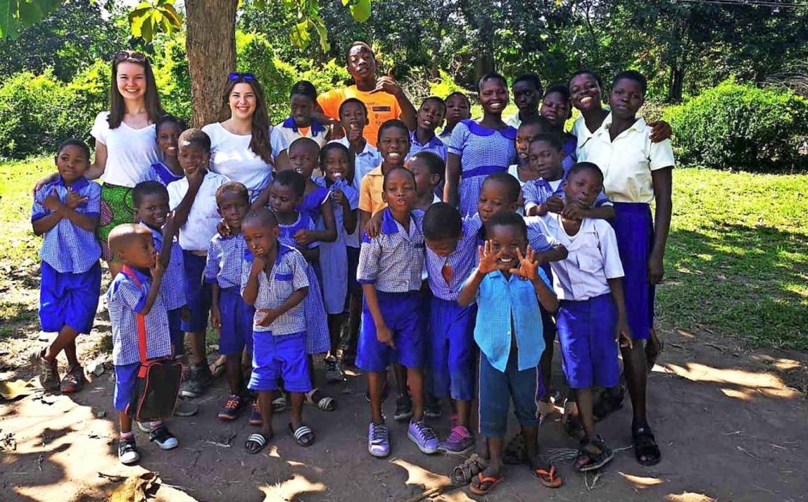 Alisha Zähringer (Zweite von links hin...chen in einem Kinderheim in Ghana mit.  | Foto: Privat