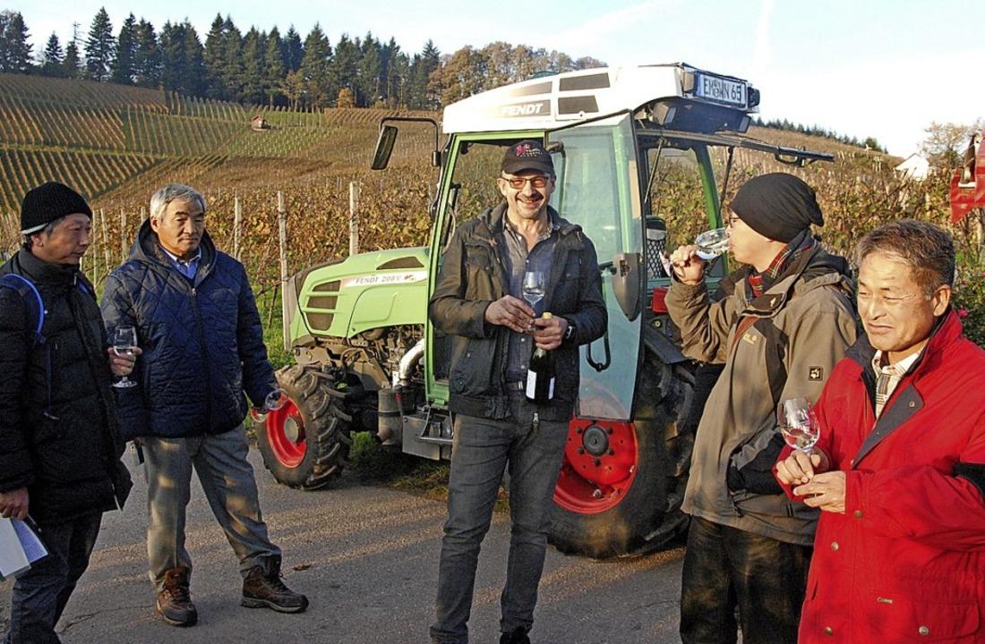 Im Buchholzer Rebberg erklärt Winzer B...biologischen Weinbau, samt Kostprobe.   | Foto: Dorothea Scherle