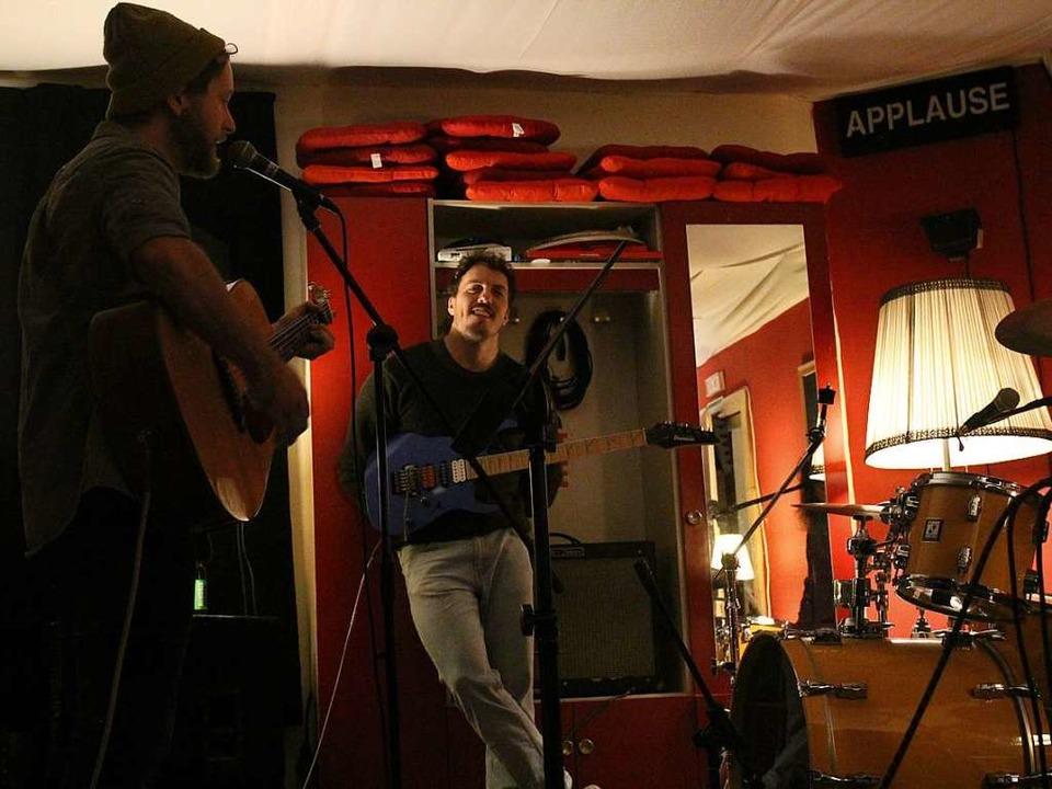 Gesang und Gitarre Dominik Kempf und an der E-Gitarre Reto Feßler  | Foto: Vincent Zeile
