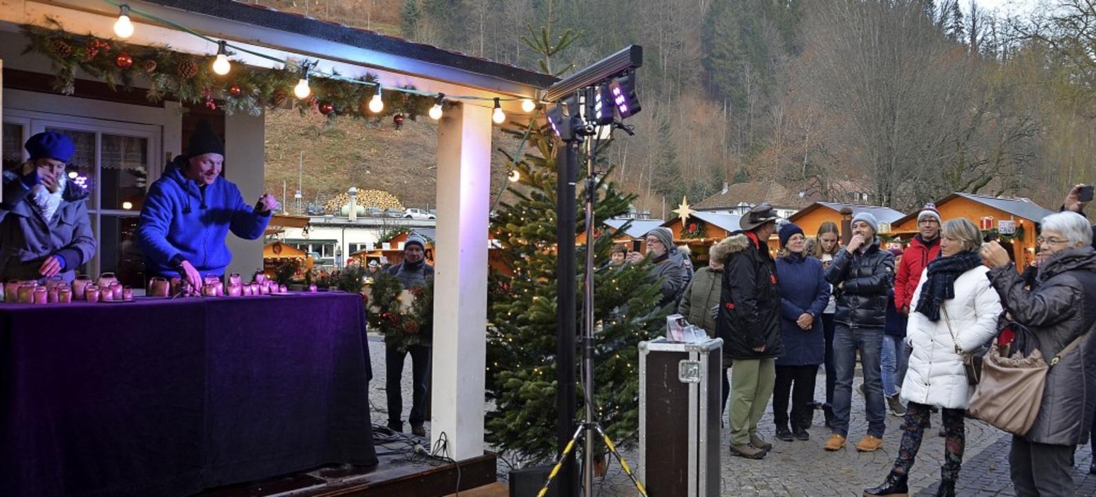 Den Beginn des Weihnachtsmarktes auf d...lockenduo Anita und Maik eingeläutet.     Foto: Christiane Sahli
