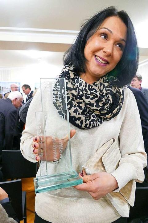 Özlem Zeh mit dem Bürgerpreis  | Foto: Ingrid Böhm