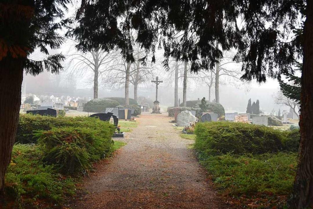 Der Friedhof in Kirchhofen wird der er...er Belag für die Wege ausgesucht wird.  | Foto: Andrea Gallien