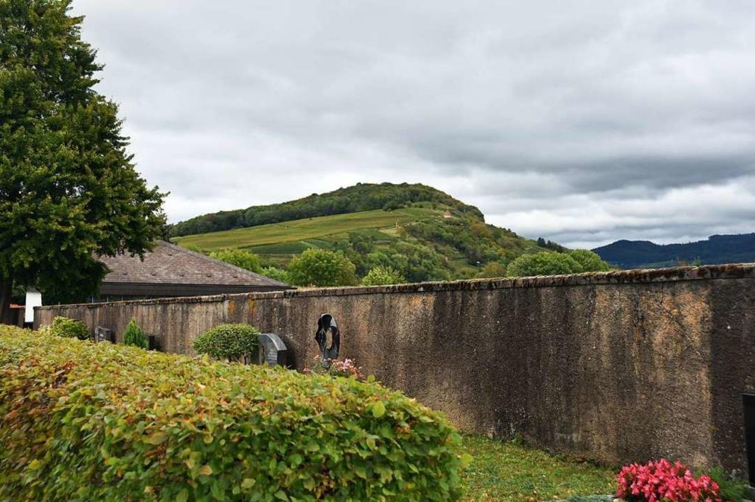 Die Mauer auf dem Friedhof Ehrenstetten soll entfernt werden.  | Foto: Andrea Gallien