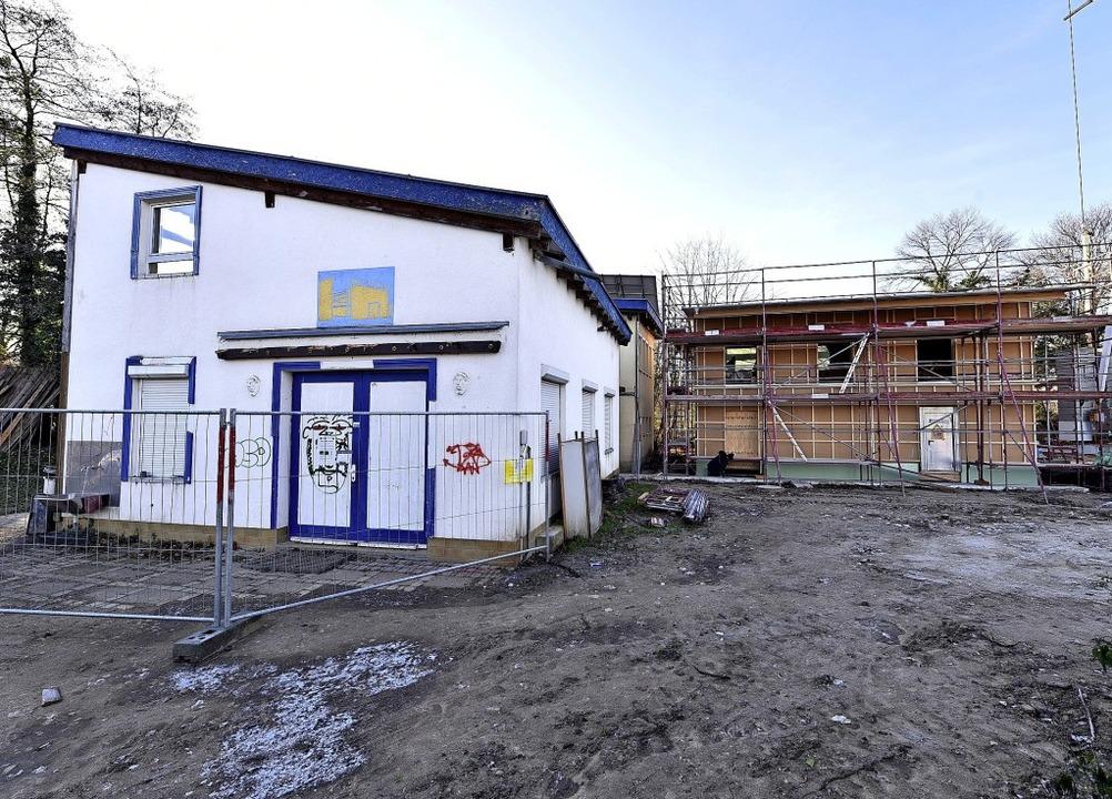 Die alte Werkstatt (links) wird abgeri...n die neue (rechts) bezugsfertig ist.     Foto: Thomas Kunz