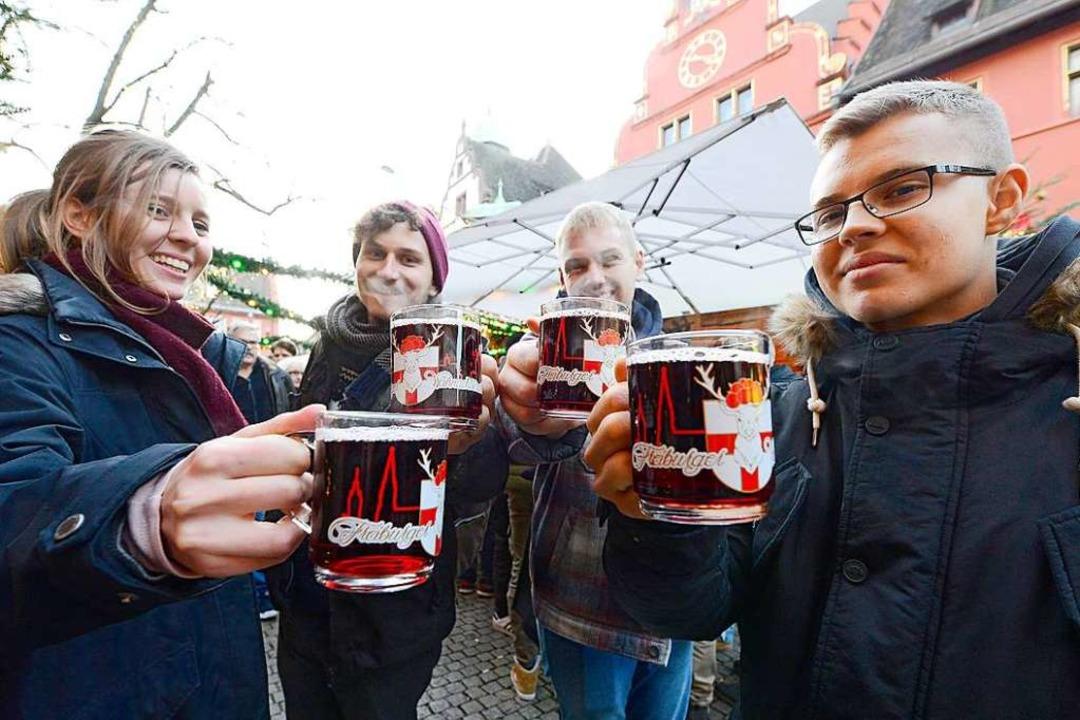 Gerade bei jungen Leuten gehört der Gl...em Weihnachtsmarkt zum Adventsprogramm  | Foto: Ingo Schneider