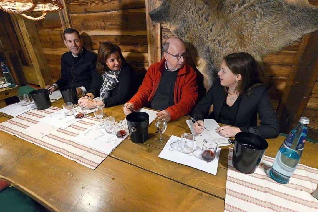 Die Jury testet rote Glühweine: Michae... Weinkönigin Sina Erdrich (von links).  | Foto: Ingo Schneider