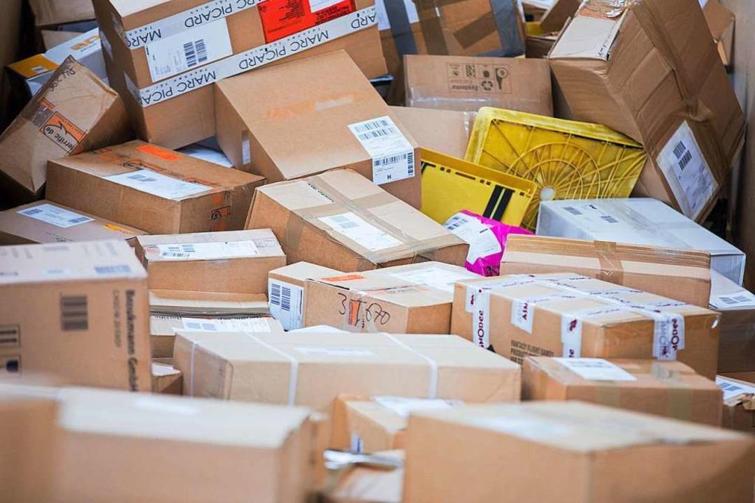 Pakete liegen im Verteilzentrum eines ...hätzt die Polizei auf etwa 10000 Euro.  | Foto: Rolf Vennenbernd (dpa)