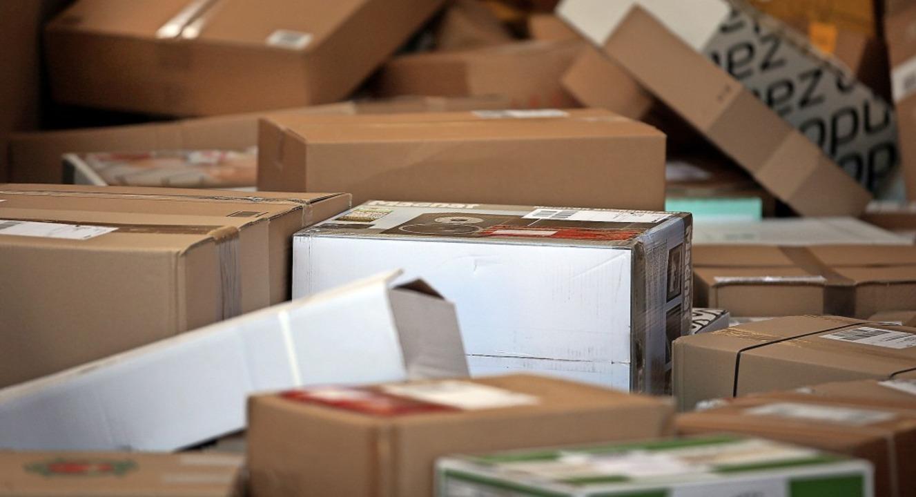 Pakete liegen im Verteilzentrum eines ...hätzt die Polizei auf etwa 10000 Euro.  | Foto: Oliver Berg