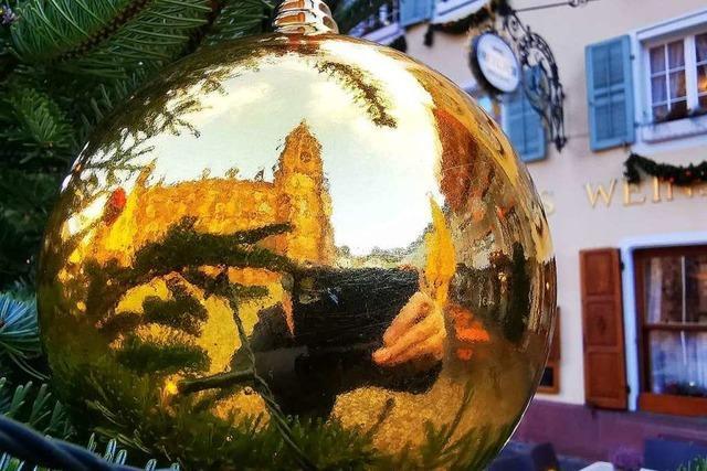 Das Freiburger Münster spiegelt sich in einer Christbaumkugel