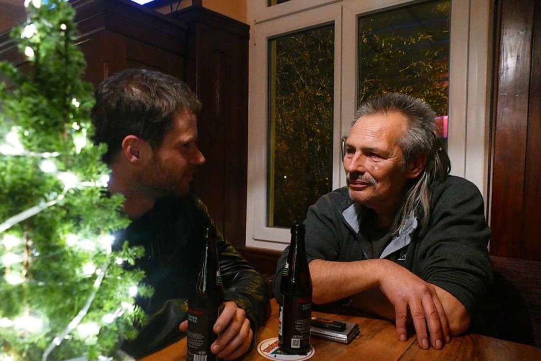 Wirt Norbert Schöneck (rechts) war ers...r. Mittlerweile gehört ihm die Kneipe.  | Foto: Verena Pichler
