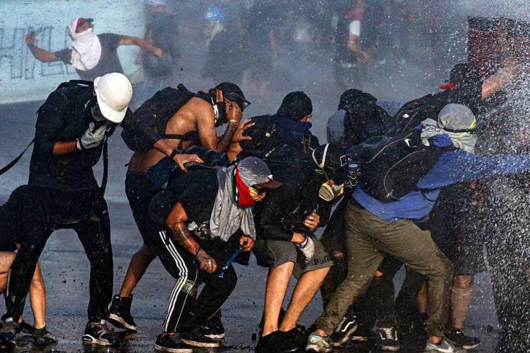 Polizei und Militär gehen mit großer Gewalt gegen Demonstranten vor.  | Foto: Esteban Felix (dpa)