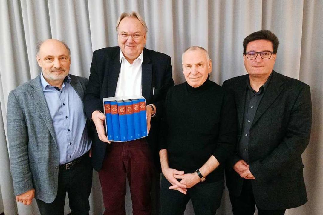 Mit der neuen Hebel-Ausgabe (v.li.):  ... Franz Littmann und Volker Habermaier.  | Foto: Daniel Scholaster