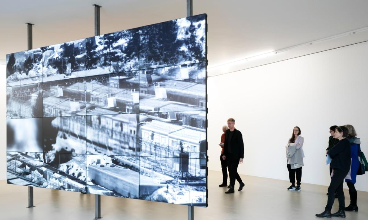 Richard Mosses Wärmebildfotografien au...und macht die Besucher zu Überwachern.  | Foto: www.juliansalinas.ch