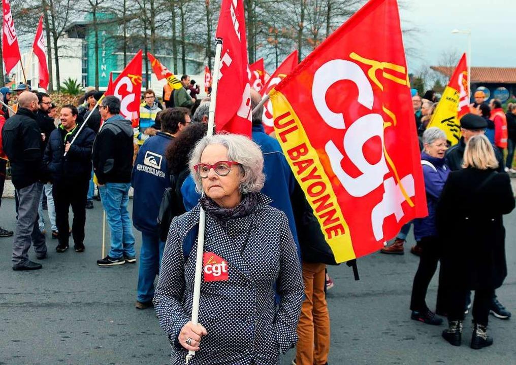 Eine Demonstrantin trägt während eines... Pläne der Regierung zu demonstrieren.  | Foto: Bob Edme (dpa)