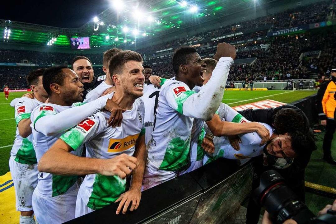 Die Gladbacher jubeln über ihren Last-Minute-Sieg gegen die Bayern.    Foto: Marius Becker (dpa)