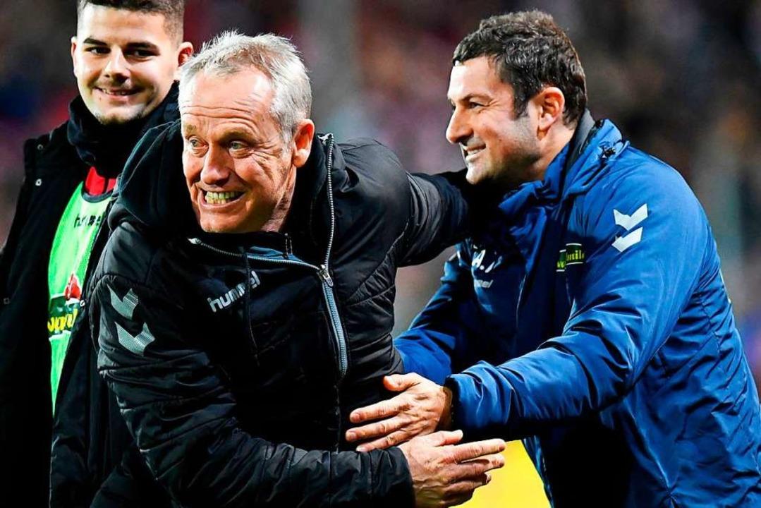 In seinem Jubiläumsspiel (300 Spiele a...sieg gegen den VfL Wolfsburg bejubeln.  | Foto: THOMAS KIENZLE (AFP)