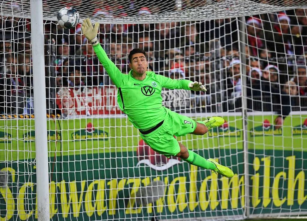 Nichts zu halten gab es für den Keeper des VfL Wolfsburg, Koen Casteels.  | Foto: Patrick Seeger (dpa)