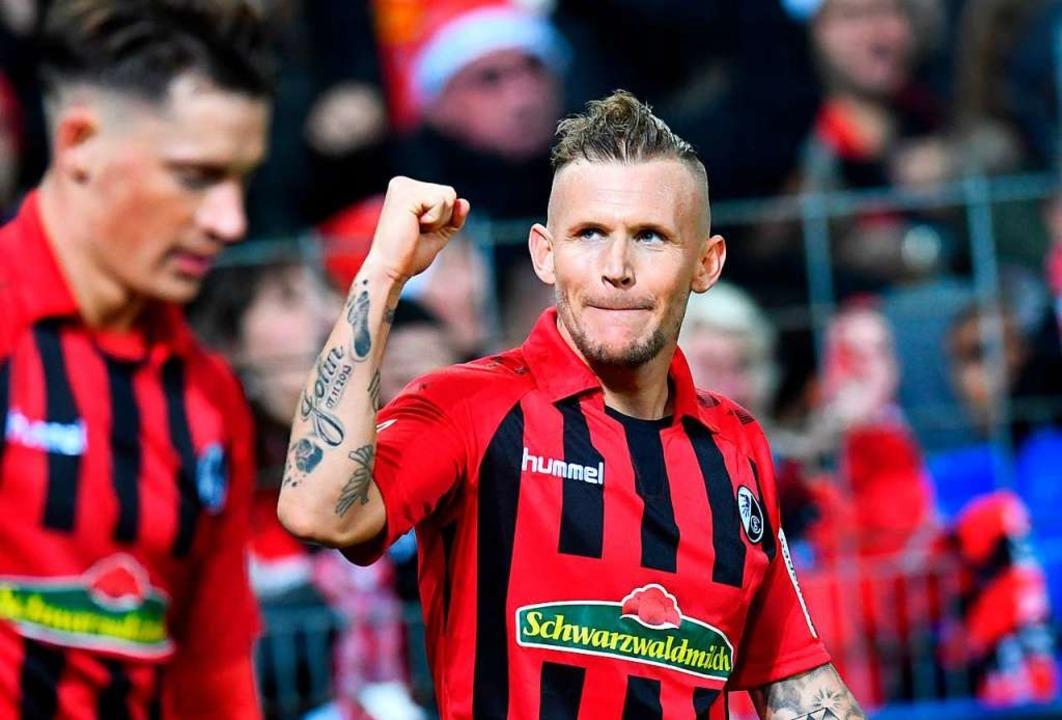 Ballt die Faust: Jonathan Schmid freut... für den 1:0-Heimsieg des SC Freiburg.  | Foto: THOMAS KIENZLE (AFP)