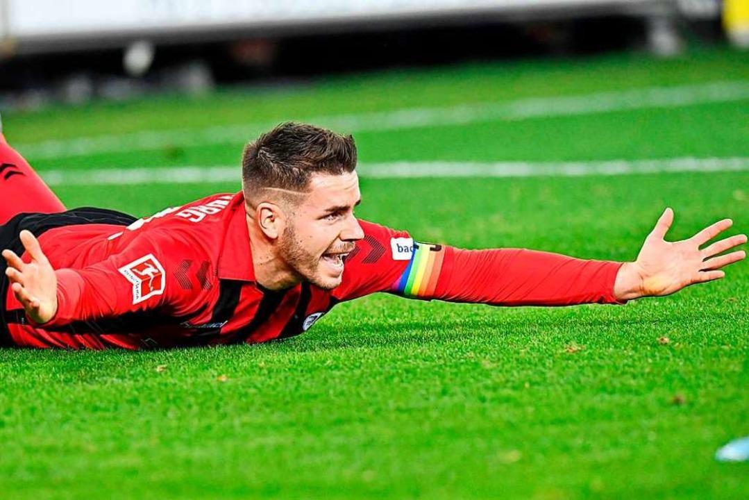 Christian Günter löste gegen Wolfsburg seine Defensivarbeiten mit Biss.  | Foto: THOMAS KIENZLE (AFP)