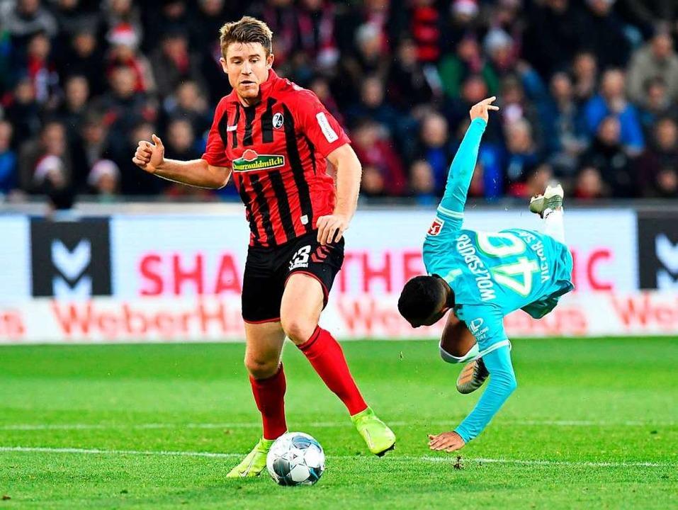 Dominique Heintz war gegen Wolfsburg e...er Sport-Club kein Gegentor kassierte.  | Foto: THOMAS KIENZLE (AFP)