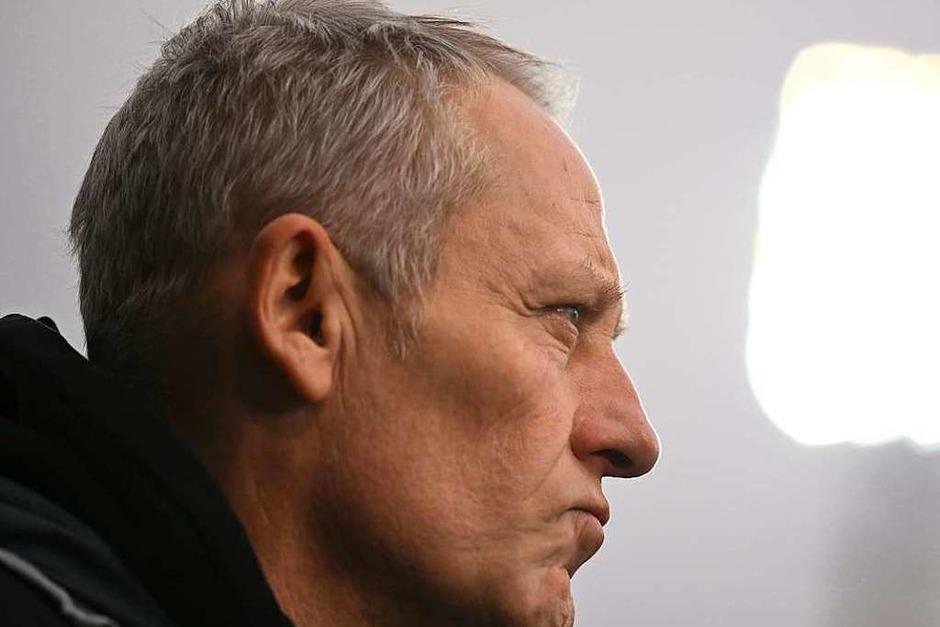 SC-Trainer Christian Streich schaut kritisch vor dem Anpfiff. (Foto: Patrick Seeger (dpa))
