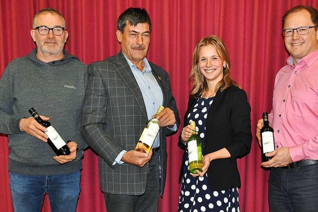 Vorstand mit Weinprinzessin: nach der ...in Jessica Himmelsbach zur Weinprobe.   | Foto: Rainer Ruther