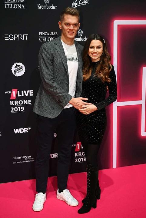 Matthias Ginter und seine Frau Christi...rleihung der 1live Krone 2019 in Köln.  | Foto: Henning Kaiser (dpa)