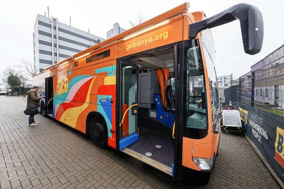 Der neue Duschbus für Obdachlose in Hamburg.  | Foto: Markus Scholz (dpa)