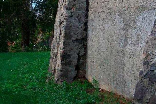 Stützpfeiler droht Einsturz: Friedhofsmauer in Amoltern muss saniert werden